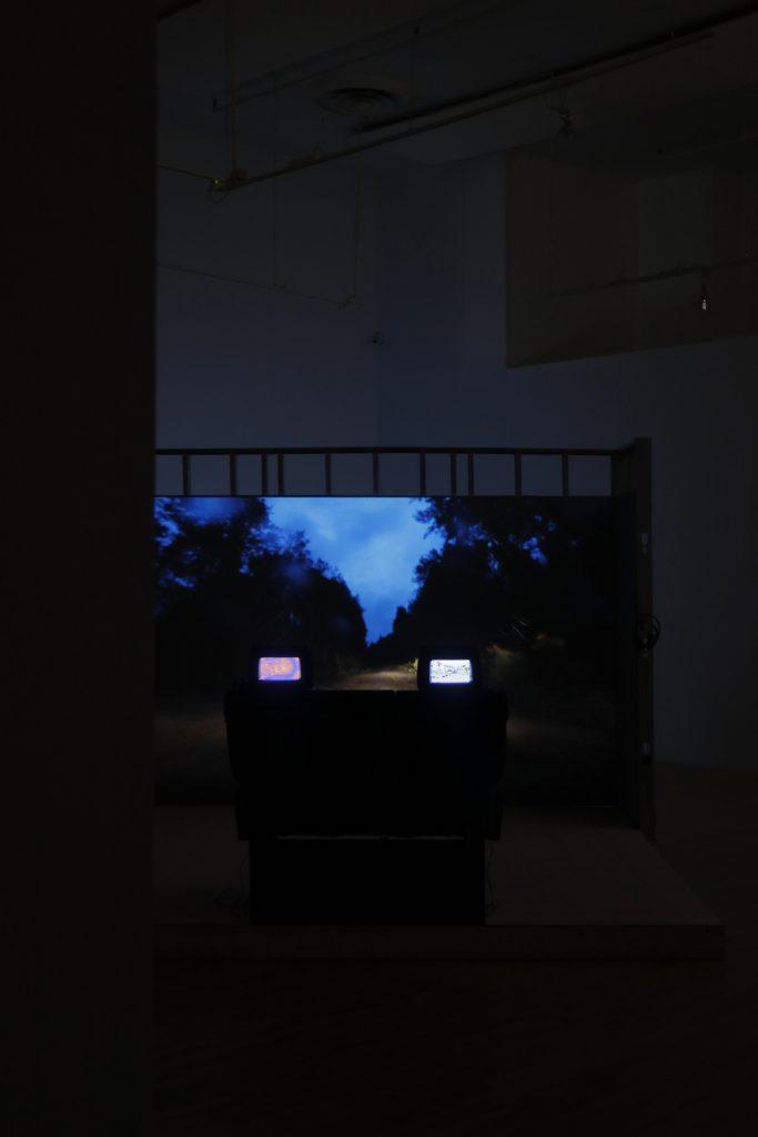 Égaré dans la forêt de la série Manœuvres et Cartographie de l'incertitude machine. Manœuvrer l'incontrôlable. Expression, Centre d'exposition de Saint-Hyacinthe.