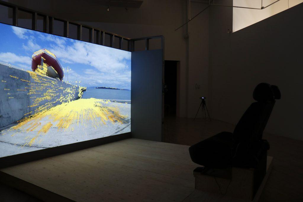Les Flots de la série Manœuvres et Le Rétroviseur. Manœuvrer l'incontrôlable. Expression, Centre d'exposition de Saint-Hyacinthe.